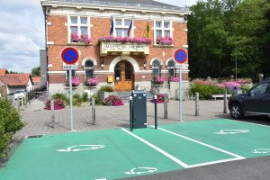 Deux emplacements accueillent les véhicules électriques