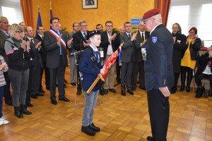 Pascal Dehaene a remis le drapeau (roulé) du Souvenir français à Tim Cousin