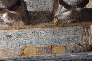 Les signes du zodiaque sont représentés au plafond