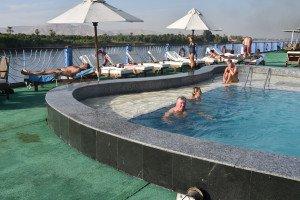 Un bain dans la piscine du bateau est plus que raffraîchissant