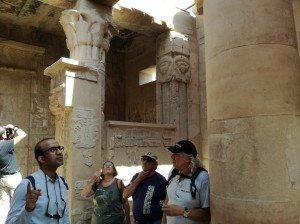 Le guide Sadek eplique la vie des artisans et des prêtres